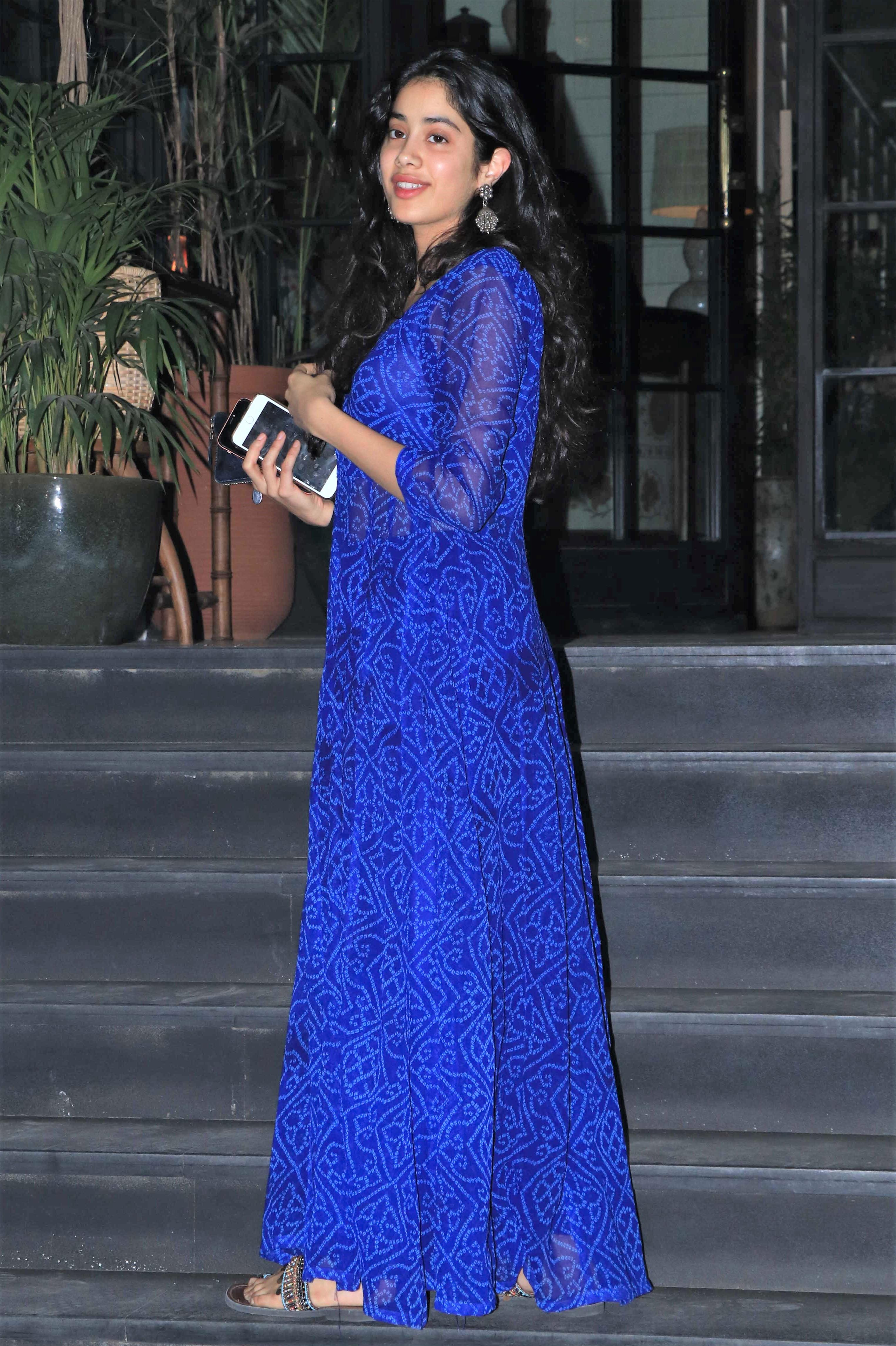 Star Spotting: Deepika Padukone Looks Stunning In White, Aditya Roy Kapoor Goes To the Gym and Aishwarya Rai Bachchan Snapped!
