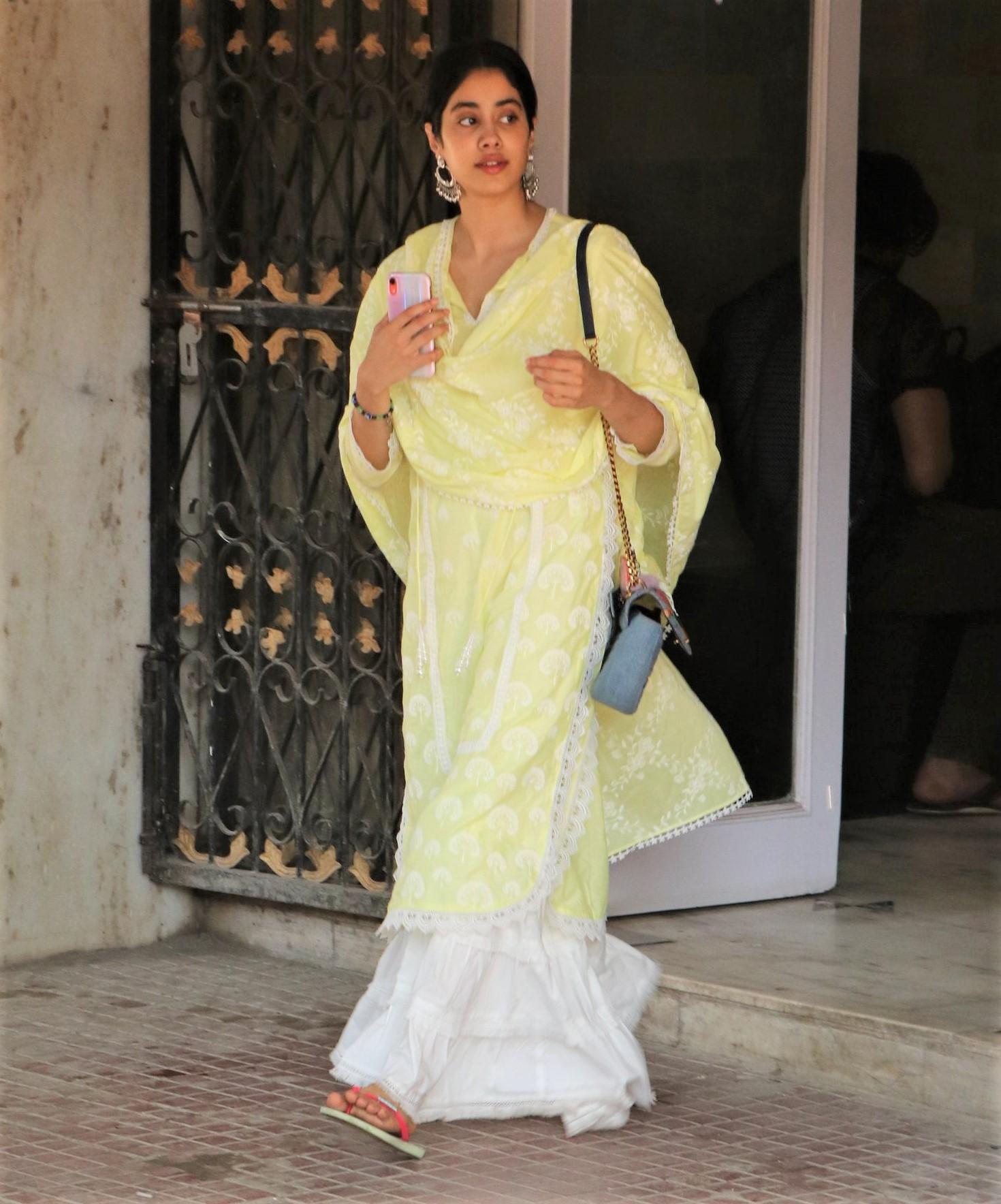 Gym Fashion Showdown: Janhvi Kapoor vs. Sara Ali Khan