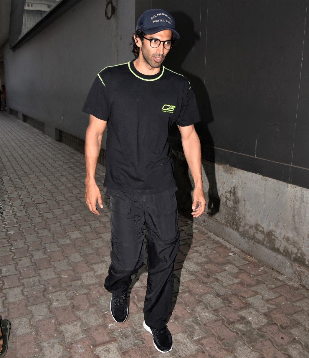 Aditya Roy Kapoor is a Total Stud for the Shutterbugs!