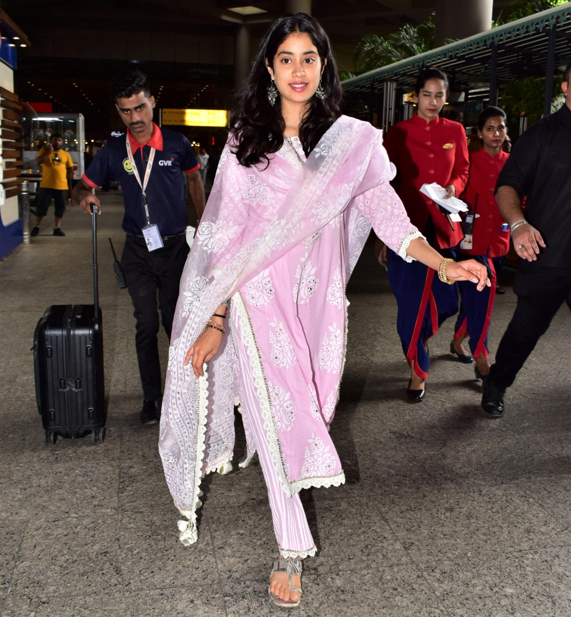 Janhvi Kapoor Keeps It Traditional and Gorgeous in Bright Pink Look!