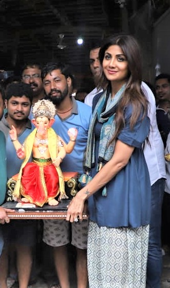 Shilpa Shetty Finds the Energy While Performing Aarti Inexplicable!