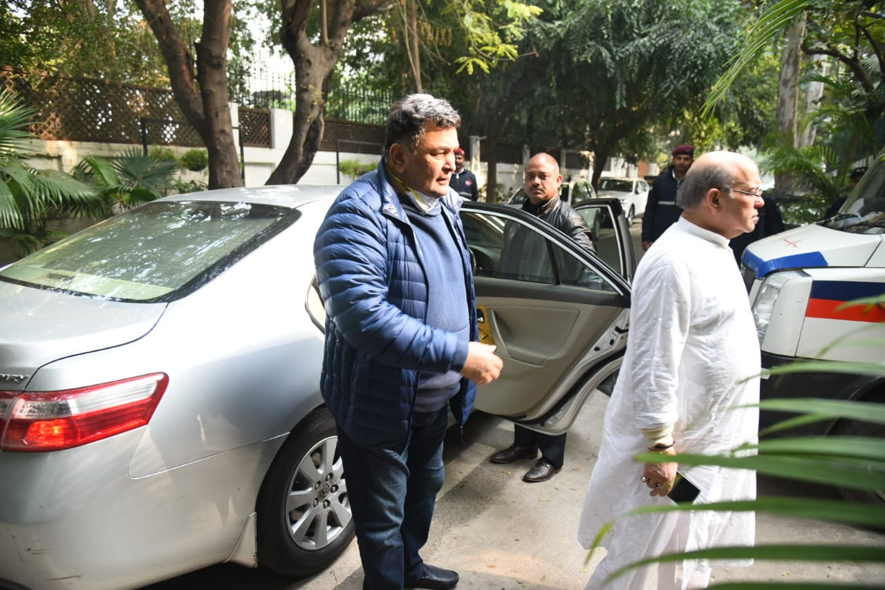 Rishi Kapoor arrives at the funeral