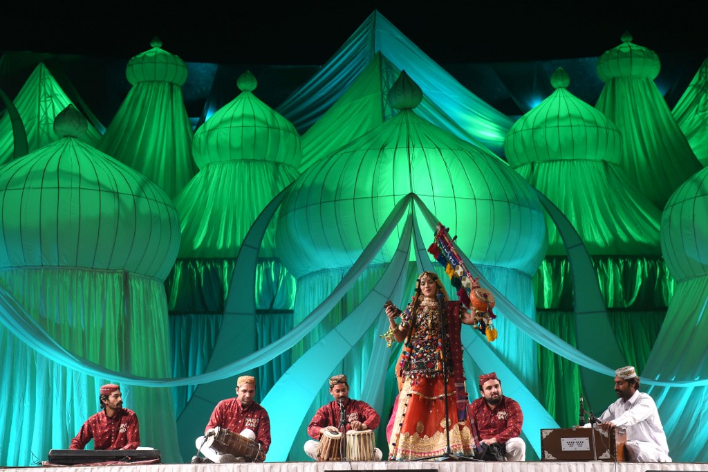 A Pakistani singer performs on Sufi music during the Mystic Music Sufi Festival dedicated to Sufi poetry,in Lahore on February 10, 2018. ARIF ALI / AFP