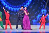 Sui Dhaaga Promotions: Varun Dhawan-Anushka Sharma All Smiles, Shake a Leg with Madhuri Dixit!