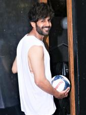 Kartik Aaryan Spotted Playing A Little Football