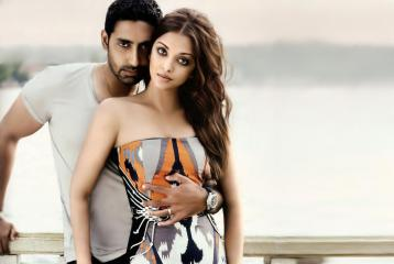 WATCH: Abhishek Bachchan Trashes a Photographer For Clicking an Inappropriate Picture of Aishwarya Rai Bachchan