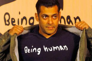 Salman Khan Snatches A Journalist's Mobile Phone?