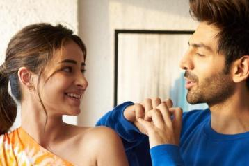 Ananya Panday Takes a Dig at Kartik Aaryan as he Poses With the Ladies