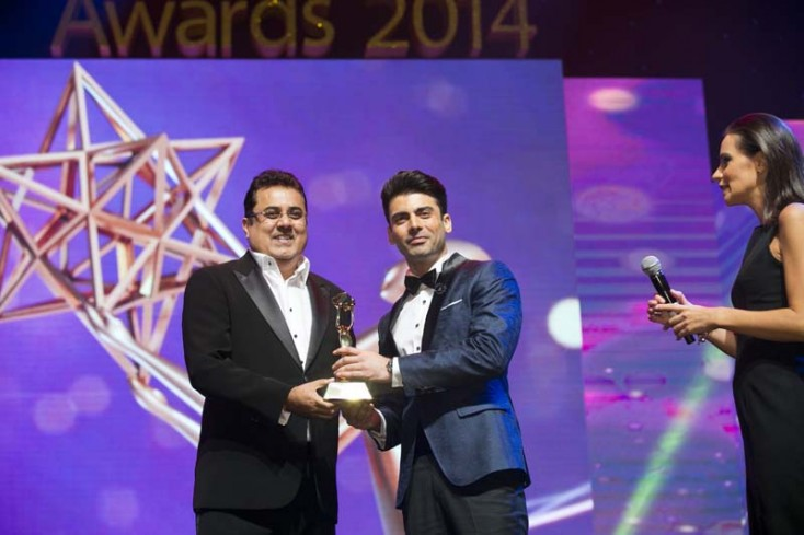 Fawad Khan receiving the award for Best Bollywood Debut from Ajay Gokani, CEO, Label 24