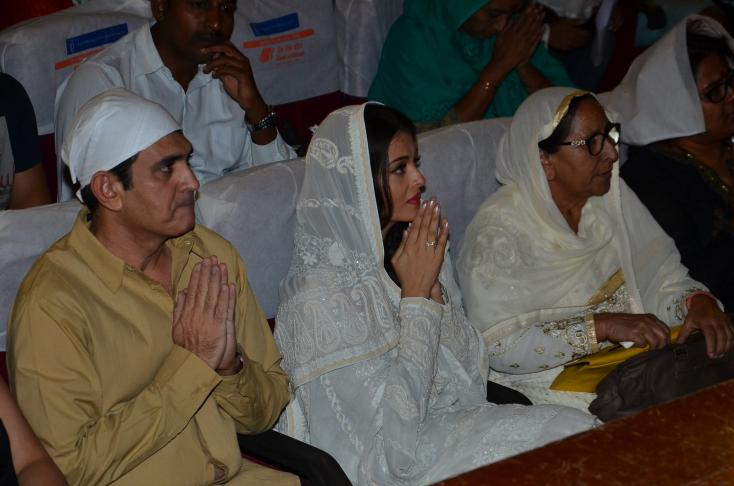 Aishwarya Rai Bachchan and director Omung Kumar offer their prayers