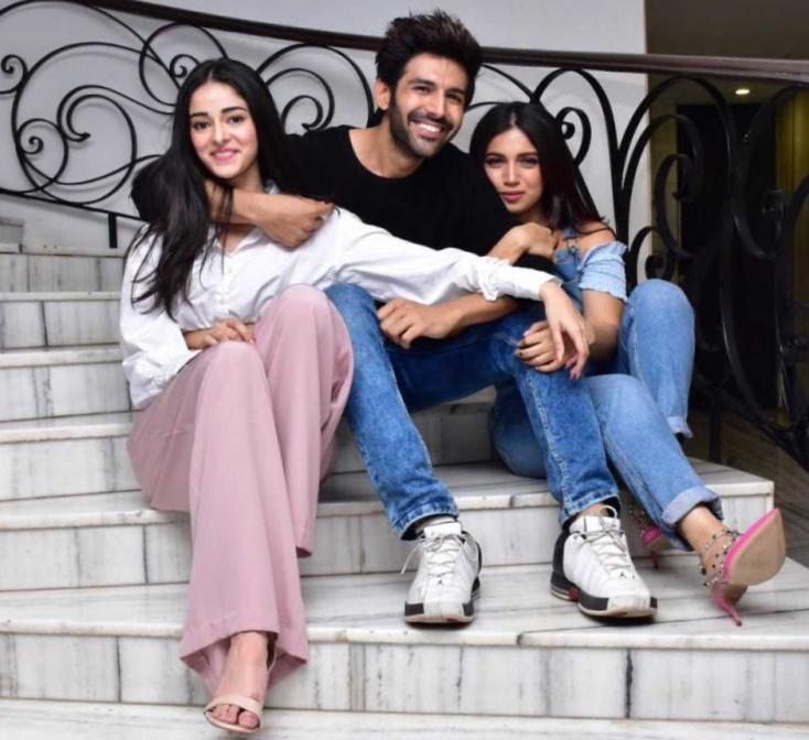 Pati Patni Aur Woh: Kartik Aaryan's Pictures from Lucknow Show Him Standing On a Ledge