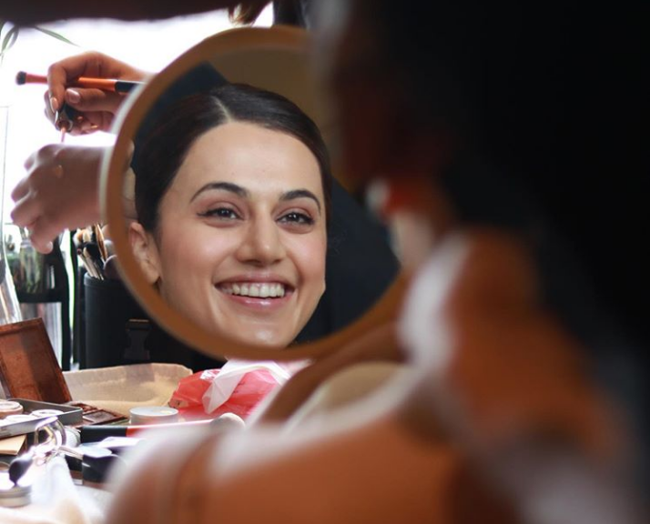 """Taapsee Pannu's Mirror Picture on Instagram Draw Parallels Between """"Reality and Drama"""""""