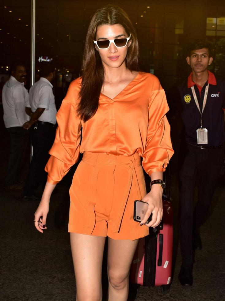 Kriti Sanon Shows Her Affectionate Side as She Poses For Pictures With Fans Despite Being Mobbed By Them