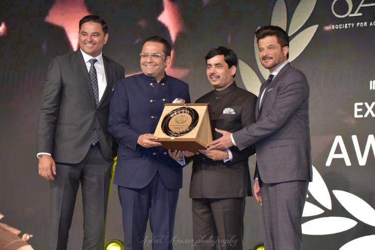 Anil Kapoor and the National Spokesperson of BJP, Shahnawaz Hussain present an award at IIEA 2019.