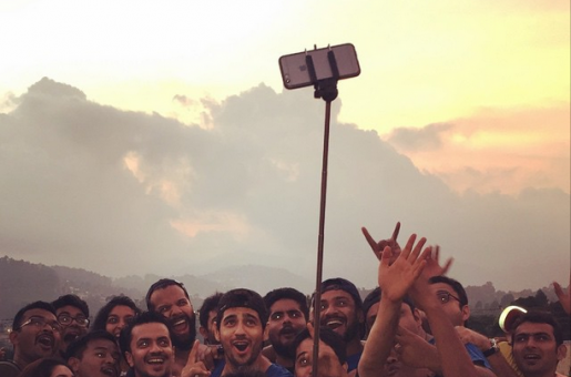 Sidharth Malhotra Hangs Out with Crew of 'Kapoor and Sons'