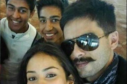 Shahid Kapoor and Wife Mira Click a 'Couple Selfie' With Fans!