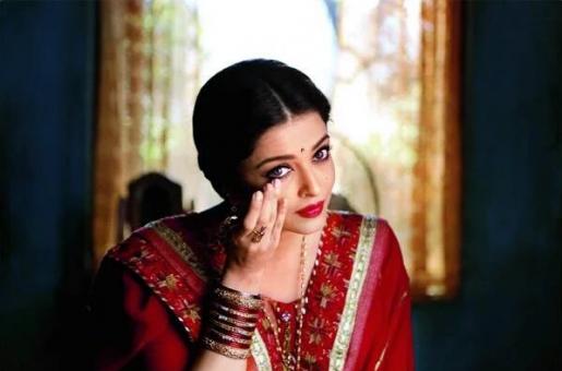 Aishwarya Rai Looks Resplendent in Red in a New Still From Sarabjit!