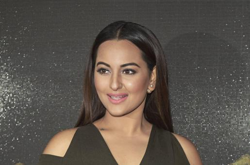 Sonakshi Sinha Gets Trolled Online for Failing to Answer Question on Kaun Banega Crorepati, See Her Response Below