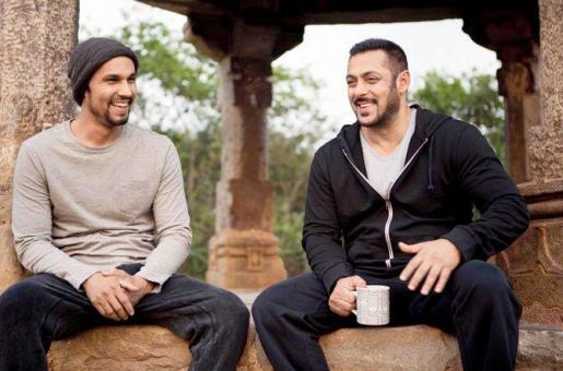 Bromance Alert! Randeep Hooda Chills With Bhai Salman Khan on the Sets of Sultan