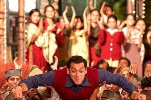WATCH: Salman Khan Singing 'Radio'  from Tubelight, Live in Dubai!