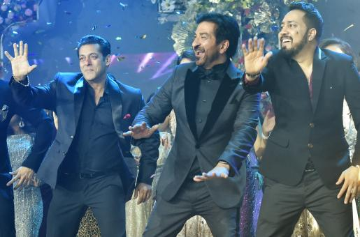 The Other Big Indian Wedding You Didn't Know About: Watch Akshay Kumar, Salman Khan and Mika Singh In Action at the Samtani Wedding