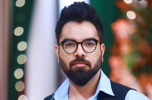 Yasir Hussain Hugs His Director While Taking a Dig at His Haters