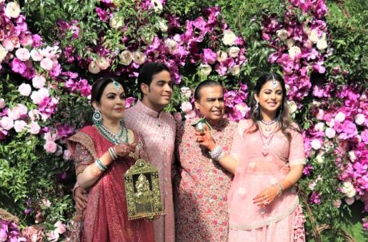 This Unseen Throwback Picture of Mukesh Ambani and Nita Ambani with the Twins Akash and Isha is Too Cute for Words