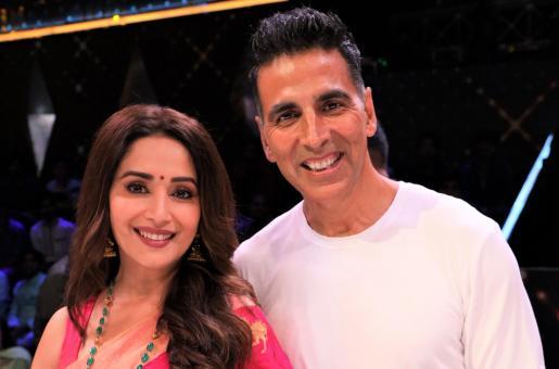 Madhuri Dixit and Akshay Kumar Posing Together Is Giving Us Major 90s Bollywood Feels!