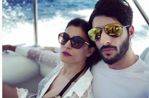 Sushmita Sen Captures Flawless Selfie With Her Beau and Daughters