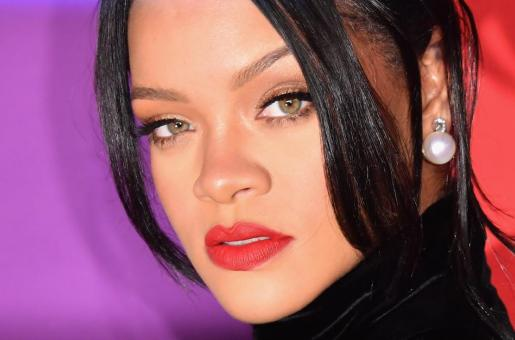 """Rihanna's Fans Furious After Catching Her Ex-Boyfriend Chris Brown's """"Flirty"""" Comments On Her Picture"""