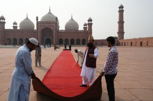 Kate Middleton and Prince William in Pakistan: Red Carpet Laid in Badhshai Mosque Lahore for the Royal Couple