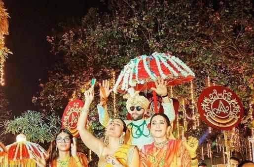 Kareena Kapoor Khan and Karisma Kapoor Dance The Night Away on Armaan Jain's Baraat