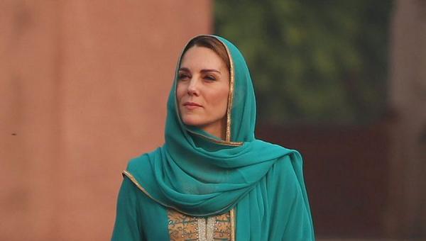 Kate Middleton Wears Headscarf While Visiting Badshahi Mosque