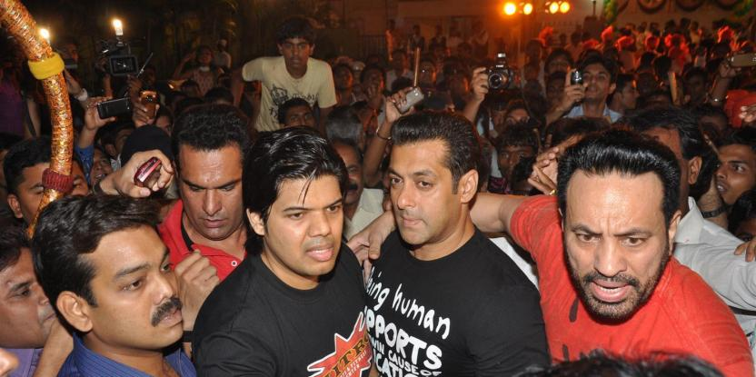 Salman Khan Gets Mobbed by Fans While Shooting for Dabangg 3 in Maharashtra